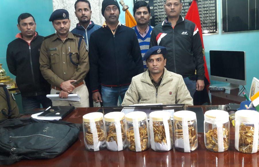 चार किलो सोना के साथ दो महिला समेत चार गिरफ्तार