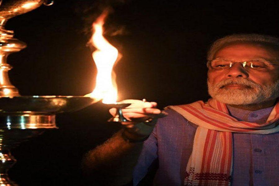 प्रधानमंत्री नरेन्द्र मोदी समेत कई केन्द्रीय मंत्रियों ने दीप जलाया